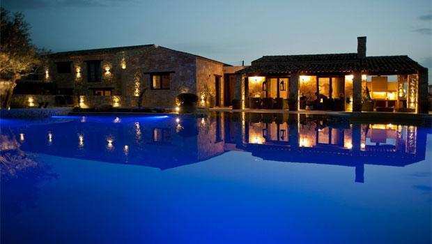 Mediterranean Entertaining Design With Large Swimming Pool